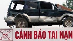 Lấy 'xác' ô tô nát bét làm... biển cảnh báo giao thông ở Nghệ An