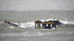 Sóng đánh chìm tàu chở 50 ngư dân trên vùng biển Thanh Hóa