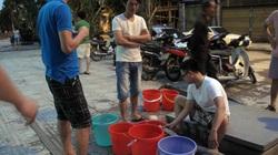 Hà Nội: Sửa xong đường ống, hàng nghìn hộ dân chung cư vẫn phải đi xách nước