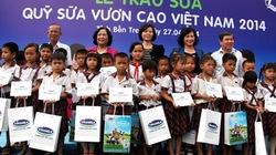 """77.000 ly sữa của quỹ sữa """"Vươn cao Việt Nam"""" đến với trẻ em tỉnh Bến Tre"""
