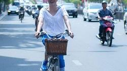 Mặc nắng nóng, Mỹ Tâm đạp xe đạp đi gặp người hâm mộ