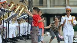 """Cậu bé 6 tuổi làm """"nhạc trưởng"""" trên hè phố Sài Gòn"""