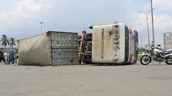 Container đang đi lật xoay giữa đường, dân khiếp vía