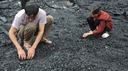 Vợ chồng già lụi cụi bới than tìm tài sản sau đám cháy