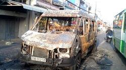 Chở khách du lịch dịp 30.4, xe 16 chỗ cháy rụi trên đường