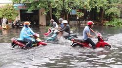 Người Sài Gòn bì bõm lội nước bẩn đi chơi lễ 30.4