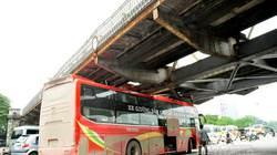 Xe du lịch mắc kẹt dưới gầm cầu Long Biên do... quá cao