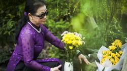Sau chuyến bay dài, Khánh Ly vội đến viếng mộ NS Trịnh Công Sơn