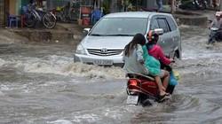 Mưa to, nhiều tuyến đường Sài Gòn chìm trong biển nước