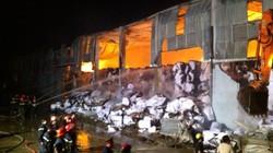 Bắc Ninh: Nhà máy giấy chìm trong biển lửa