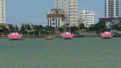 """7 """"bước chân Phật"""" khổng lồ xuất hiện trên sông Hàn"""