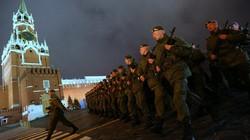 Quân đội Nga tập duyệt binh hoành tráng trong đêm