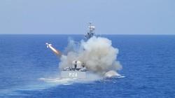 """Cận cảnh tên lửa """"chim cánh cụt"""" tấn công, hạ gục tàu đổ bộ"""