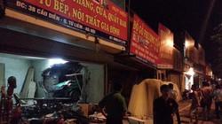 """Hà Nội: Taxi """"đâm thủng"""" 3 nhà dân trong đêm"""