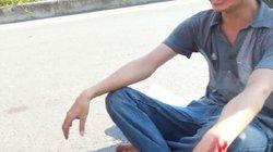Hà Nội: Nam thanh niên tự cắt tay, ngồi 'thiền' giữa quốc lộ