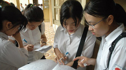 Bố hoặc mẹ có hộ khẩu Hà Nội mới được thi vào lớp 10 trường công lập