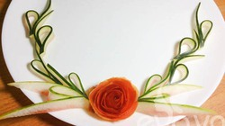 Trang trí đĩa ăn cực đơn giản và đẹp mắt bằng vỏ dưa hấu