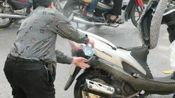 Hà Nội: Xe tay ga đang chạy bỗng cháy dữ dội