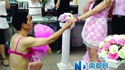 Chàng trai Trung Quốc chơi trội, mặc bikini hồng cầu hôn bạn gái