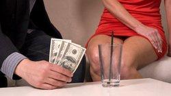 Ân ái với vợ xong, chồng tìm tiền thanh toán