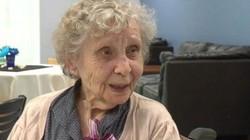 Cụ bà nhận bằng tốt nghiệp khi gần trăm tuổi