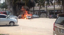 2 xế hộp bốc cháy ngùn ngụt tại sân bay Nội Bài