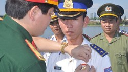 Tặng huy hiệu và bằng khen cho cán bộ, chiến sĩ cảnh sát biển