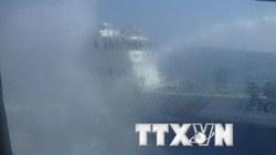 """Bất thường: Hai tàu Trung Quốc tự """"đấu phun nước"""" vào nhau"""