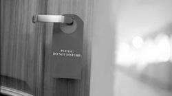 Chồng tôi làm gì sau cánh cửa đóng kín?