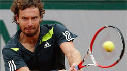 "Roland Garros: Tay vợt tai tiếng Gulbis ""thổi bay"" Federer"