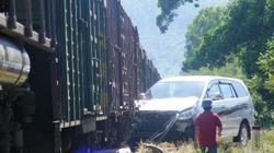 Ôtô lao vào tàu hỏa, 3 người thoát chết