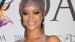 """Rihanna """"tự hào"""" nói về chiếc váy mặc mà như khỏa thân"""