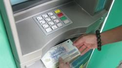 Bảo vệ ngân hàng rút tiền trộm của khách Tây