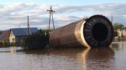 """""""Tên lửa đạn đạo"""" trôi tới nhà dân sau trận lụt ở Nga"""