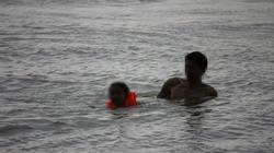 Clip: Trời mưa, sấm chớp ầm ầm, phụ huynh vẫn đưa con đi tắm sông Hồng