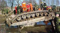 Những pha tai nạn khó đỡ của các siêu tăng