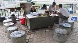Quán nước cối đá độc đáo của cụ bà trên vỉa hè Hà Nội
