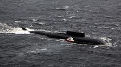 """Cận cảnh tàu ngầm khổng lồ bỗng chốc biến thành """"thần hộ mệnh"""" ở Biển Trắng"""