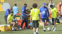Clip Dani Alves bị HLV Scolari đá vào chỗ hiểm