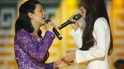 Minh Thư đột ngột ôm mẹ và bật khóc trên sân khấu