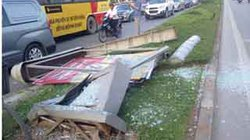 Chùm ảnh: Xe điên tông gãy biển quảng cáo, đâm sập một cửa hàng giữa Thủ đô