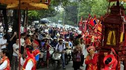"""Đức Thánh đi thị sát khiến phố """"Wall Việt"""" tắc nghẽn"""