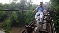 Indonesia: Thót tim học sinh đạp xe qua cầu treo rộng bằng gang tay