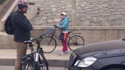 Chém người nước ngoài, cướp... xe đạp