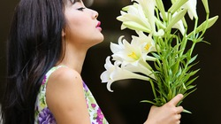 Hot girl Nga Tây dịu dàng bên hoa loa kèn