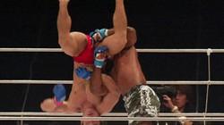 Clip: Võ sỹ UFC tung chiêu khiến đối thủ suýt gãy cổ