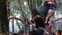 """""""Vỡ trận"""" ở công viên nước: """"Không ngờ họ bế cả trẻ con trèo rào"""""""