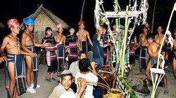 Người Ba Na cúng sân - cúng đất làng
