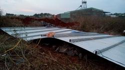Gia Lai: Lốc xoáy giật tung mái nhà, một quân nhân tử vong