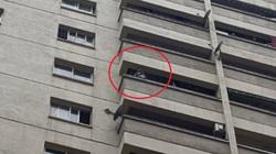 Clip: Cứu bé trai đứng ban công tầng 12 khóc đòi bố mẹ